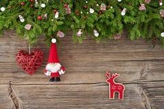 Abstraktes Hintergrundmuster der weißen Sterne auf dunkelroter Auslegung Weihnachtsdekoration mit Sankt und Herz auf weißem hölze Stockfotos