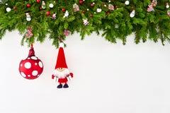 Abstraktes Hintergrundmuster der weißen Sterne auf dunkelroter Auslegung Weihnachtsdekoration mit Sankt auf weißem hölzernem Hint Stockfoto