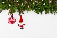 Abstraktes Hintergrundmuster der weißen Sterne auf dunkelroter Auslegung Weihnachtsdekoration mit Sankt auf weißem hölzernem Hint Stockbild