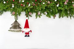 Abstraktes Hintergrundmuster der weißen Sterne auf dunkelroter Auslegung Weihnachtsdekoration mit Sankt auf weißem hölzernem Hint Stockfotografie