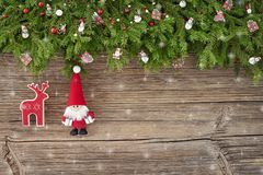 Abstraktes Hintergrundmuster der weißen Sterne auf dunkelroter Auslegung Weihnachtsdekoration mit Sankt auf weißem hölzernem Hint Lizenzfreie Stockfotos