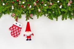 Abstraktes Hintergrundmuster der weißen Sterne auf dunkelroter Auslegung Weihnachtsdekoration, Tannenbaum mit Sankt und Handschuh Stockfotos