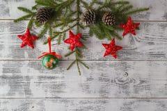 Abstraktes Hintergrundmuster der weißen Sterne auf dunkelroter Auslegung Weihnachtsdekorationen auf weißem hölzernem tabl Stockbilder