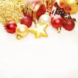 Abstraktes Hintergrundmuster der weißen Sterne auf dunkelroter Auslegung Weihnachtsdekorations-Grenze auf Schnee Lizenzfreie Stockbilder