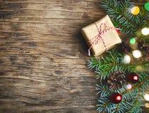 Abstraktes Hintergrundmuster der weißen Sterne auf dunkelroter Auslegung Weihnachtsgeschenk, Tannenbaum und Dekorationen auf hölz Lizenzfreie Stockfotografie