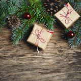 Abstraktes Hintergrundmuster der weißen Sterne auf dunkelroter Auslegung Weihnachtsgeschenk, Tannenbaum und Dekorationen auf hölz Lizenzfreie Stockbilder