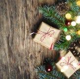 Abstraktes Hintergrundmuster der weißen Sterne auf dunkelroter Auslegung Weihnachtsgeschenk, Tannenbaum und Dekorationen auf hölz Lizenzfreies Stockfoto