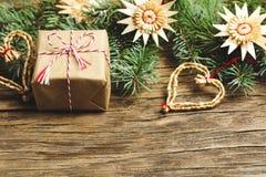 Abstraktes Hintergrundmuster der weißen Sterne auf dunkelroter Auslegung Weihnachtsgeschenk, Tannenbaum und Dekorationen auf hölz Stockfotografie