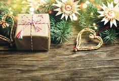 Abstraktes Hintergrundmuster der weißen Sterne auf dunkelroter Auslegung Weihnachtsgeschenk, Tannenbaum und Dekorationen O Stockfotografie