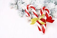 Abstraktes Hintergrundmuster der weißen Sterne auf dunkelroter Auslegung Weihnachtsgrußkarte mit Weihnachtsbaum und Zuckerstange Lizenzfreies Stockbild