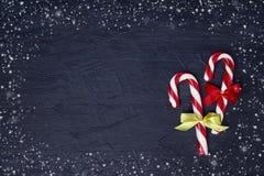 Abstraktes Hintergrundmuster der weißen Sterne auf dunkelroter Auslegung Weihnachtsgrußkarte mit Weihnachtsbaum und Zuckerstange  Lizenzfreies Stockfoto