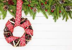 Abstraktes Hintergrundmuster der weißen Sterne auf dunkelroter Auslegung Weihnachtskranz verziert mit Band Kopieren Sie Platz Stockbild
