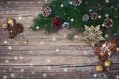 Abstraktes Hintergrundmuster der weißen Sterne auf dunkelroter Auslegung Weihnachtstannenbaum mit Dekoration auf altem hölzernem  Stockfotos