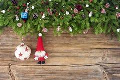 Abstraktes Hintergrundmuster der weißen Sterne auf dunkelroter Auslegung Weihnachtstannenbaum mit Sankt auf altem hölzernem Hinte Lizenzfreies Stockbild