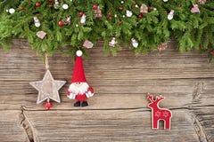 Abstraktes Hintergrundmuster der weißen Sterne auf dunkelroter Auslegung Weihnachtstannenbaumast mit Sankt auf hölzernem Hintergr Lizenzfreie Stockfotos
