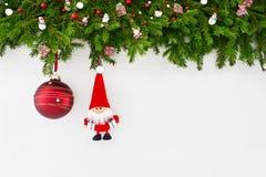 Abstraktes Hintergrundmuster der weißen Sterne auf dunkelroter Auslegung Weihnachtstannenbaumast mit Sankt und roter Weihnachtsba Stockfotos