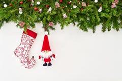 Abstraktes Hintergrundmuster der weißen Sterne auf dunkelroter Auslegung Weihnachtstannenbaumast mit Sankt und Rotwild auf weißem Lizenzfreies Stockfoto