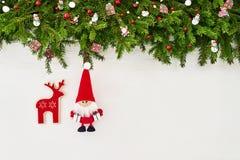 Abstraktes Hintergrundmuster der weißen Sterne auf dunkelroter Auslegung Weihnachtstannenbaumast mit Sankt- und Weihnachtssocken  Stockfotos