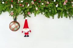 Abstraktes Hintergrundmuster der weißen Sterne auf dunkelroter Auslegung Weihnachtstannenbaumast mit Sankt auf weißem hölzernem H Stockfotos