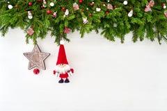 Abstraktes Hintergrundmuster der weißen Sterne auf dunkelroter Auslegung Weihnachtstannenbaumast mit Sankt auf weißem hölzernem H Stockbilder