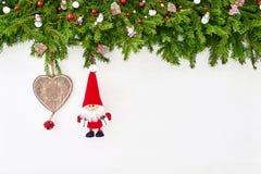 Abstraktes Hintergrundmuster der weißen Sterne auf dunkelroter Auslegung Weihnachtstannenbaumast mit Sankt auf weißem hölzernem H Stockfotografie