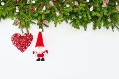 Abstraktes Hintergrundmuster der weißen Sterne auf dunkelroter Auslegung Weihnachtstannenbaumast mit Sankt auf weißem hölzernem H Lizenzfreie Stockfotos