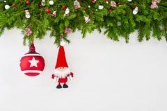 Abstraktes Hintergrundmuster der weißen Sterne auf dunkelroter Auslegung Weihnachtstannenbaumast mit Sankt auf weißem hölzernem H Stockfoto