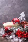 Abstraktes Hintergrundmuster der weißen Sterne auf dunkelroter Auslegung Weinlese dekoratives Auto, Beeren und branc Lizenzfreie Stockfotos