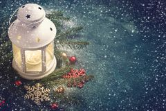 Abstraktes Hintergrundmuster der weißen Sterne auf dunkelroter Auslegung Zusammensetzung einer Laterne und der Tannenzweige Stockfoto