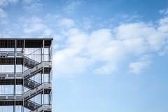 Abstraktes Industriearchitekturfragment auf blauem Himmel Lizenzfreie Stockbilder