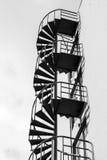 Abstraktes Industriearchitekturfragment auf blauem Himmel Stockfoto