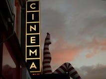 Abstraktes ` Kino ` Zeichen, das zum Sonnenuntergang kontrastiert Stockfotos