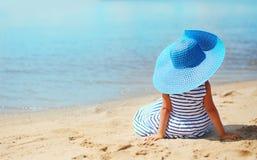 Abstraktes kleines Mädchen des Reisefotos recht im Kleid und im Hut Lizenzfreie Stockfotografie