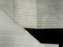 Abstraktes konkretes beton warf graue Wände mit Winkeln und Neigungen stockfotos