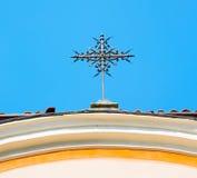 abstraktes Kreuz in Italien Europa und der Himmelhintergrund Lizenzfreie Stockbilder