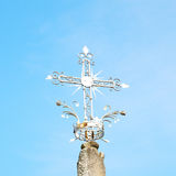 abstraktes Kreuz in Italien Europa und der Himmelhintergrund Stockfotografie