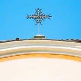 abstraktes Kreuz in Italien und im Himmelhintergrund Stockfotografie