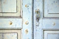 Abstraktes Kreuz schloss hölzernes Tür venegono Varese Italien Lizenzfreies Stockbild