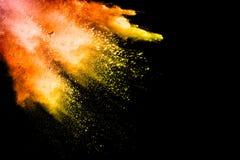 Abstraktes mehrfarbiges Pulver splatted auf schwarzem Hintergrund Stockfotografie