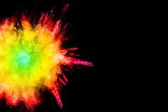 Abstraktes mehrfarbiges Pulver splatted auf schwarzem Hintergrund Lizenzfreies Stockfoto
