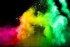 Abstraktes mehrfarbiges Pulver splatted auf schwarzem Hintergrund Stockbild