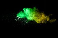 Abstraktes mehrfarbiges Pulver splatted auf schwarzem Hintergrund Lizenzfreie Stockfotos