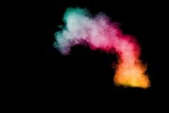 Abstraktes mehrfarbiges Pulver splatted auf schwarzem Hintergrund Lizenzfreie Stockbilder