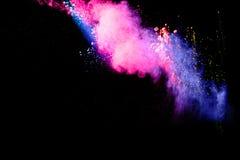 Abstraktes mehrfarbiges Pulver splatted auf schwarzem Hintergrund Stockbilder