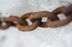 Abstraktes Metallstarke Kette. Alt und rostig. Sklavereimetapher Stockbilder