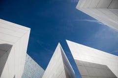 Abstraktes modernes Architekturdetail eines weißen Gebäudes mit Himmel stockfotos