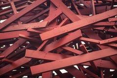 Abstraktes modernes hölzernes Architekturfragment Rote Gestaltungselemente Stockfotografie