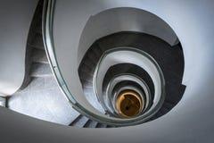 Abstraktes, modernes Treppenhaus im modernen Gebäude Stockfotografie