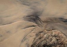Abstraktes Muster auf dem Strandsand lizenzfreie stockfotos