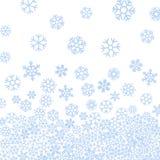 Abstraktes Muster von blauen fallenden Schneeflocken Stockbilder